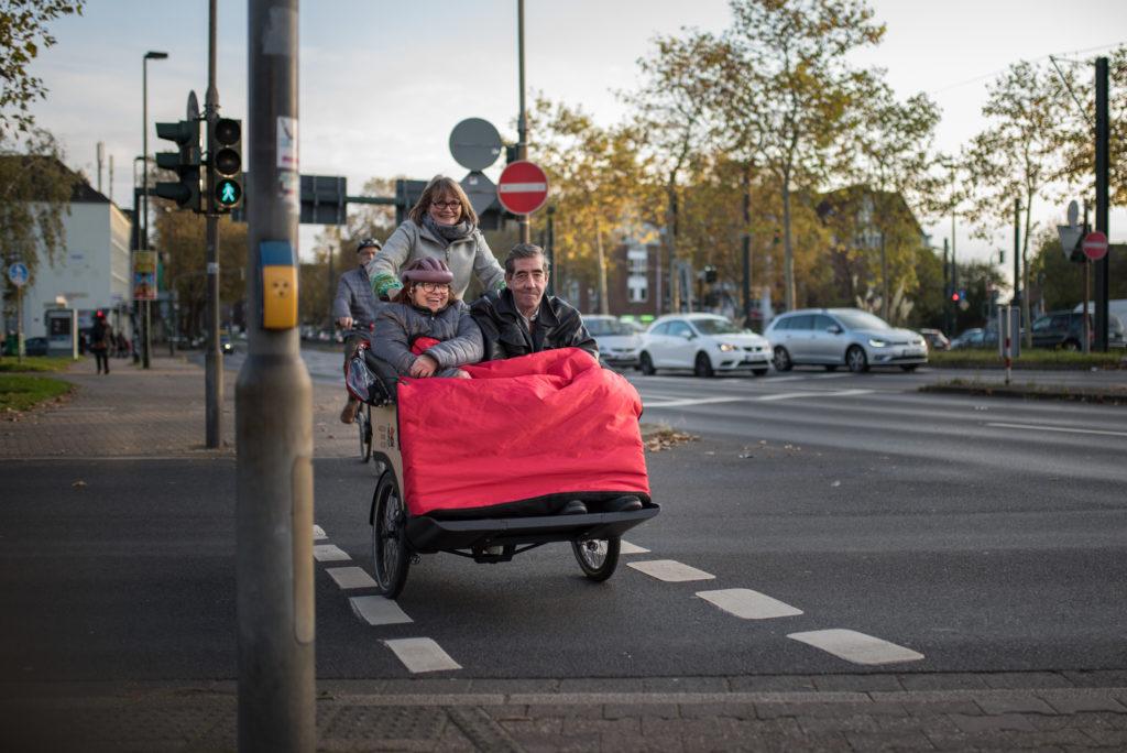 Fahrt mit der Rikscha: Der Radweg kreuzt eine Straße
